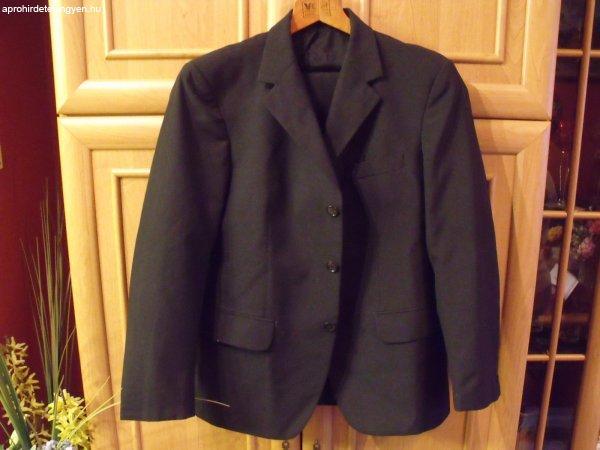Férfi fekete öltöny