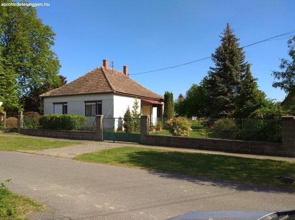 Dunaszeg központjában széles utca fronttal családi ház eladó