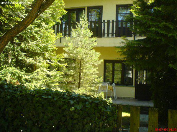 Balatonlellén 200 m-re a strandtól kiadó ház 9 főig