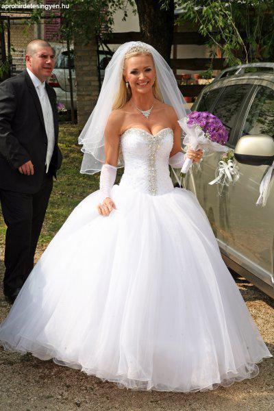 Hófehér Kristályos Menyasszonyi ruha Hófehér Kristályos Menyasszonyi ruha  Hófehér Kristályos Menyasszonyi ruha ... 093558039e