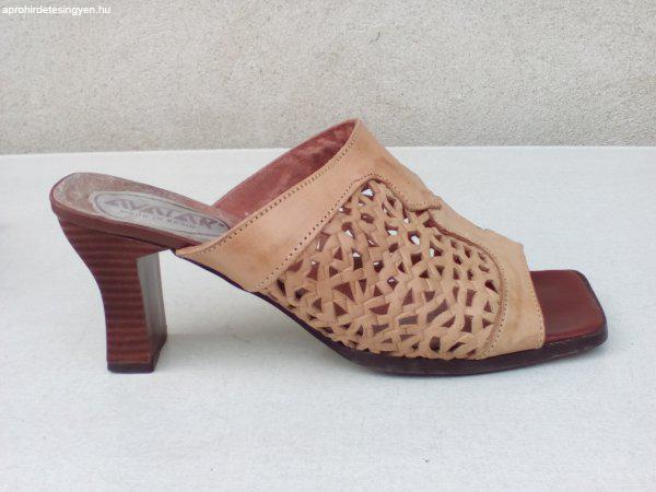 AVATAR Magassarkú drapp bőr papucs 40-es