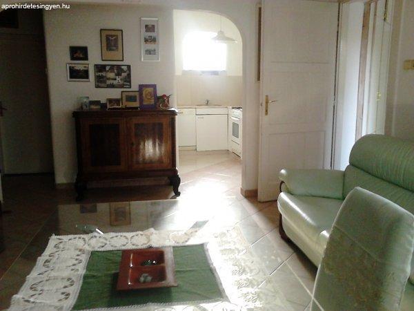 Bőr ülőgarnitura, üveg étkező asztal, 6 db. szék, Biedermeie ...