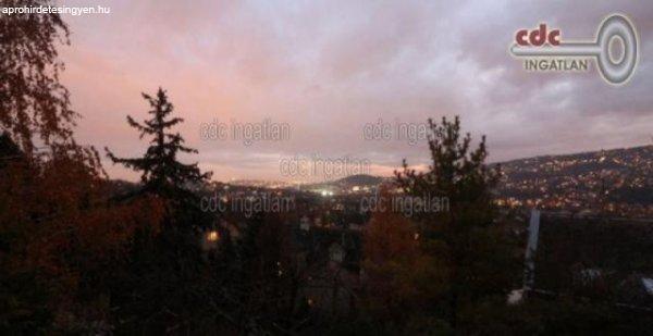 Terasszal%2C+gy%F6ny%F6r%FB+panor%E1m%E1val+-+Budapest+II.+ker%FClet